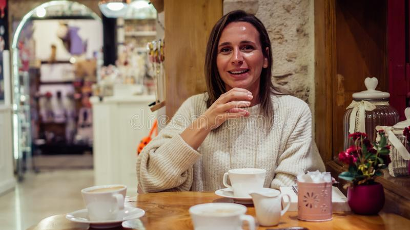 Όμορφη συνεδρίαση γυναικών στην καφετέρια και ομιλία με τη γλώσσα σημαδιών στοκ εικόνες