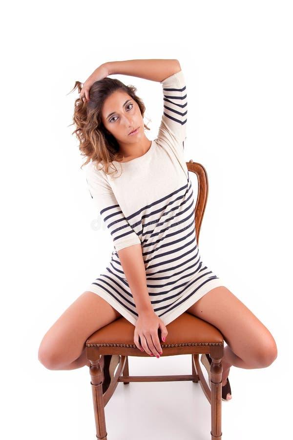 όμορφη συνεδρίαση εδρών brunette στοκ φωτογραφία