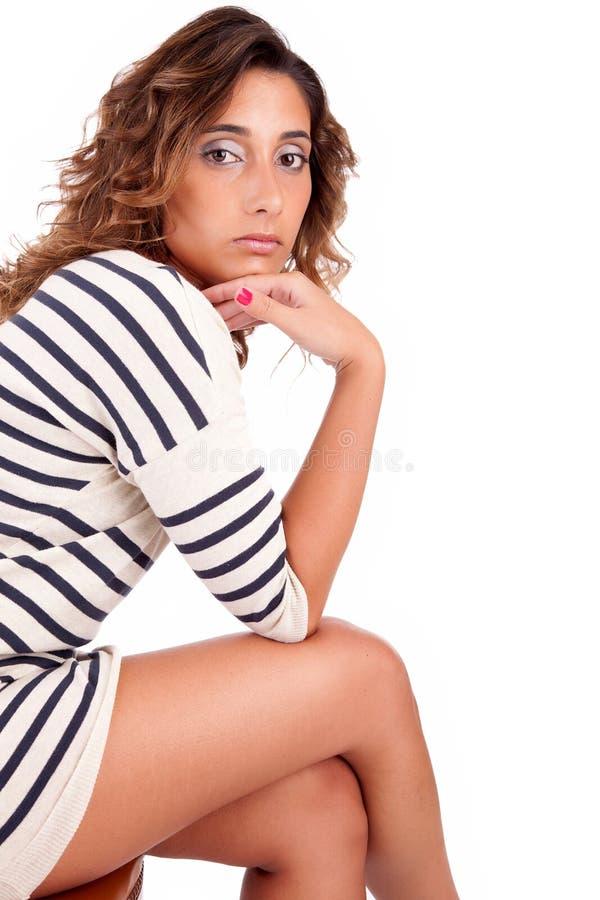 όμορφη συνεδρίαση εδρών brunette στοκ φωτογραφίες με δικαίωμα ελεύθερης χρήσης