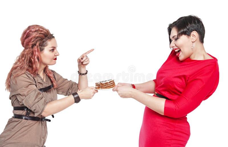 Όμορφη συν το μέγεθος η γυναίκα θέλει να φάει το κέικ που απομονώνεται στοκ φωτογραφίες