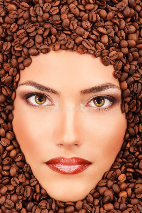 Όμορφη σύνθεση προσώπου χαμόγελου ομορφιάς γυναικών καφέ νέα στοκ εικόνες με δικαίωμα ελεύθερης χρήσης