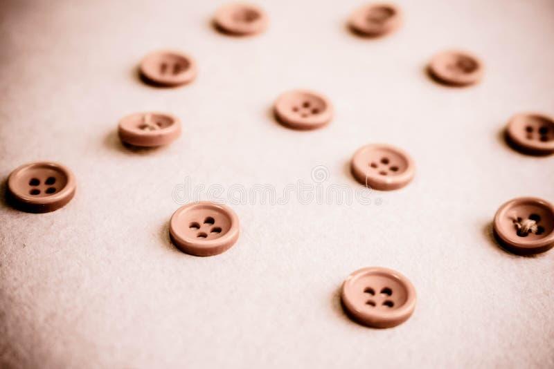 Όμορφη σύσταση με πολλά στρογγυλά ρόδινα κουμπιά για το ράψιμο, ραπτική διάστημα αντιγράφων Επίπεδος βάλτε Ρόδινο, πορφυρό υπόβαθ στοκ εικόνα με δικαίωμα ελεύθερης χρήσης