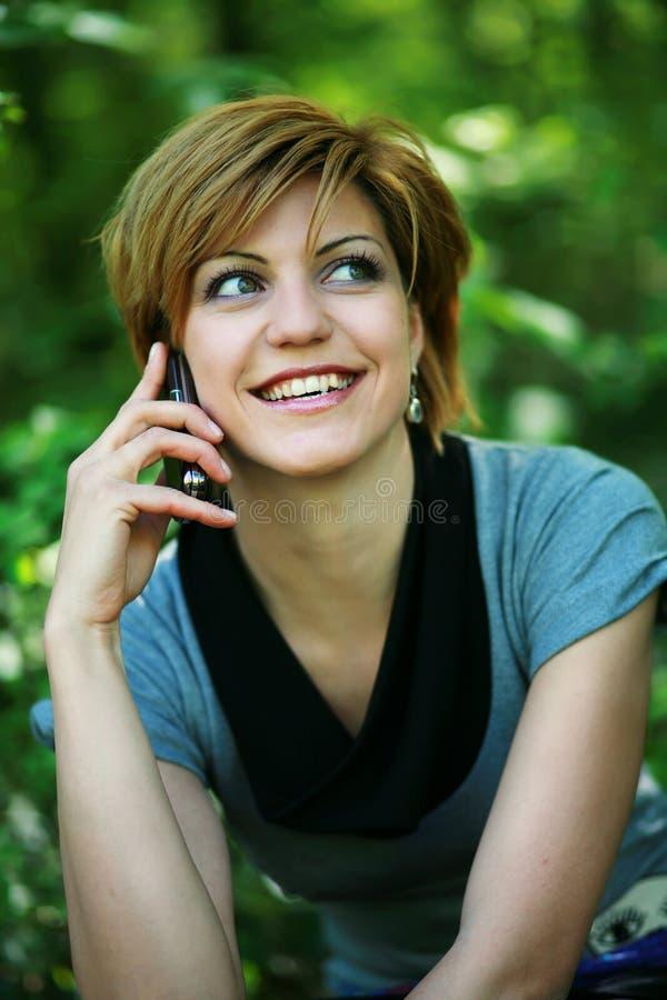 όμορφη τηλεφωνική ομιλία πά& στοκ εικόνα