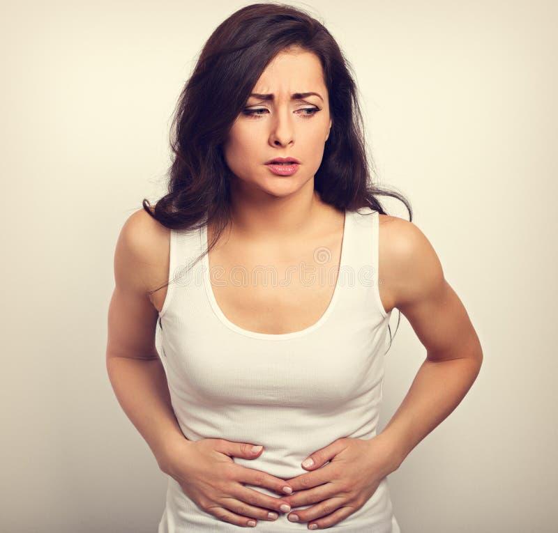 Όμορφη τονισμένη περιστασιακή λυπημένη γυναίκα που πάσχει από τον πόνο στο stoma στοκ εικόνες με δικαίωμα ελεύθερης χρήσης