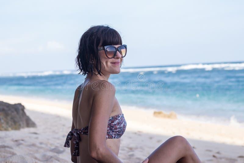 Όμορφη τοποθέτηση γυναικών στην παραλία κοντά στον ωκεανό του τροπικού νησιού Μπαλί, Ινδονησία στοκ φωτογραφία με δικαίωμα ελεύθερης χρήσης