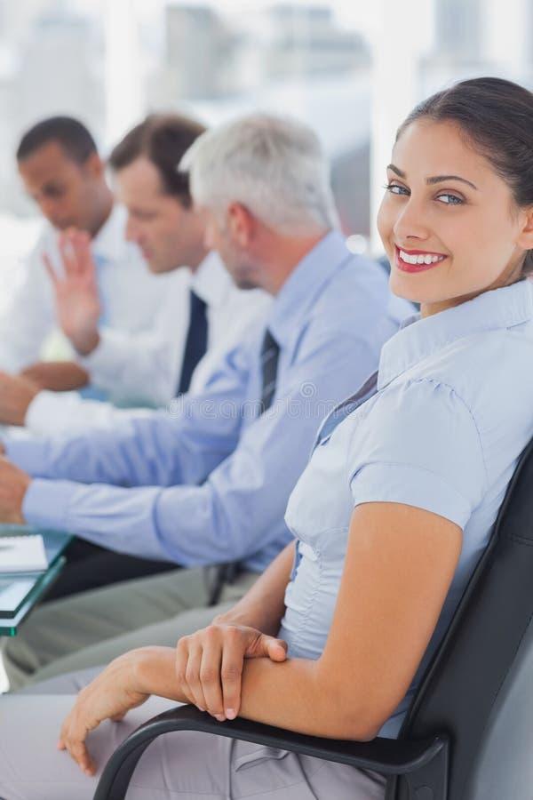 Όμορφη τοποθέτηση επιχειρηματιών στην αίθουσα συνεδριάσεων στοκ φωτογραφίες