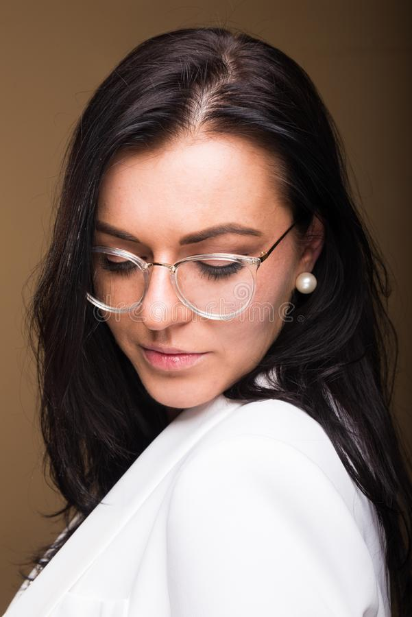 Όμορφη τοποθέτηση επιχειρησιακών γυναικών brunette που κοιτάζει κάτω στοκ εικόνες με δικαίωμα ελεύθερης χρήσης