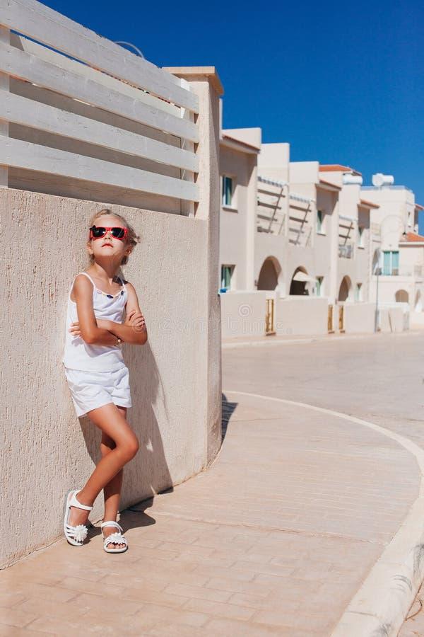 Όμορφη τοποθέτηση κοριτσιών κάτω από τον ήλιο στοκ φωτογραφία με δικαίωμα ελεύθερης χρήσης