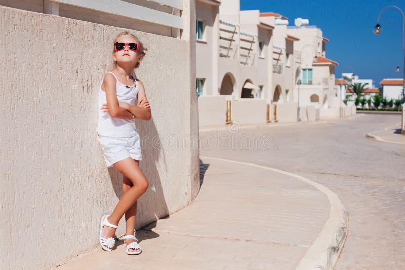 Όμορφη τοποθέτηση κοριτσιών κάτω από τον ήλιο στοκ εικόνες