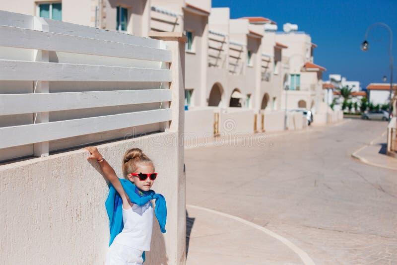 Όμορφη τοποθέτηση κοριτσιών κάτω από τον ήλιο στοκ εικόνες με δικαίωμα ελεύθερης χρήσης