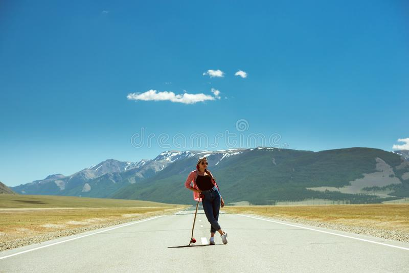 Όμορφη τοποθέτηση κοριτσιών με το μακρύ πίνακα στον ευθύ δρόμο στοκ φωτογραφίες με δικαίωμα ελεύθερης χρήσης