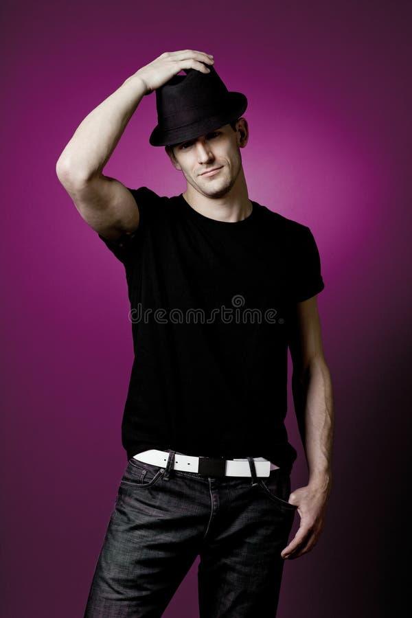 Όμορφη τοποθέτηση τύπων στη μαύρη μπλούζα. στοκ εικόνες