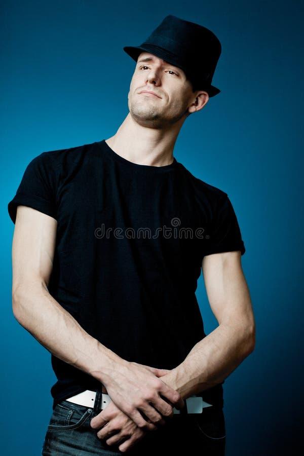 Όμορφη τοποθέτηση τύπων στη μαύρη μπλούζα. στοκ φωτογραφίες με δικαίωμα ελεύθερης χρήσης