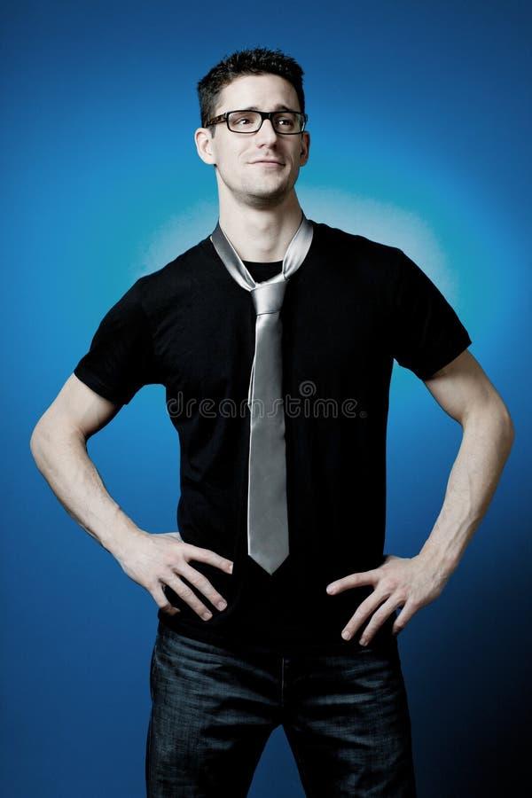 Όμορφη τοποθέτηση τύπων στη μαύρη μπλούζα. στοκ φωτογραφίες