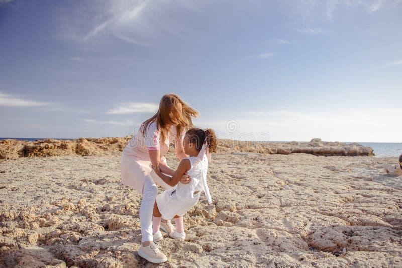 Όμορφη τοπ άποψη του νέου παιχνιδιού μητέρων με την κόρη με το άσπρο καπέλο στο υπόβαθρο θάλασσας Οικογενειακές διακοπές E r στοκ εικόνα με δικαίωμα ελεύθερης χρήσης