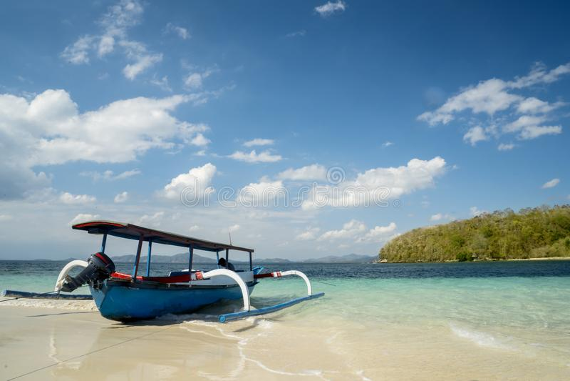 Όμορφη τροπική παραλία με την παραδοσιακή βάρκα στοκ εικόνες με δικαίωμα ελεύθερης χρήσης