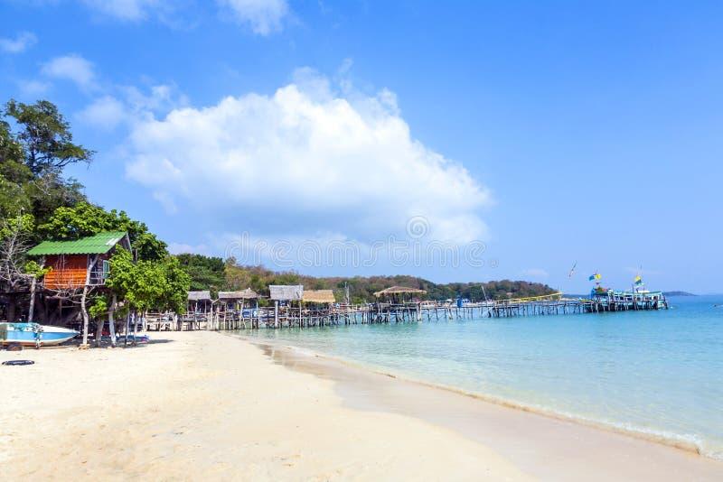 Όμορφη τροπική παραλία με τις καλύβες στοκ εικόνα