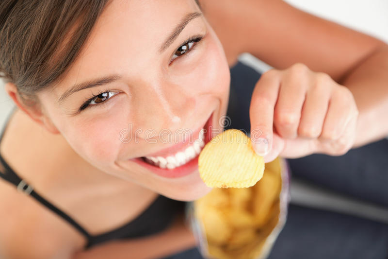 όμορφη τρώγοντας γυναίκα π& στοκ φωτογραφία με δικαίωμα ελεύθερης χρήσης