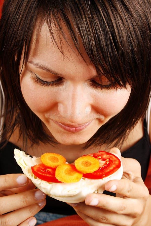 όμορφη τρώγοντας γυναίκα στοκ φωτογραφία με δικαίωμα ελεύθερης χρήσης