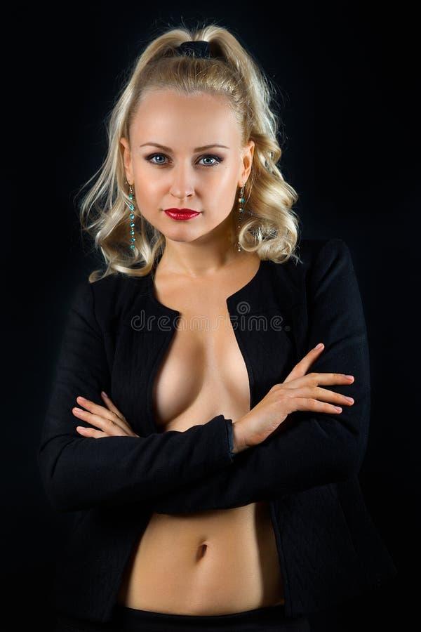 Όμορφη τόπλες γυναίκα στο μαύρο σακάκι στοκ εικόνα