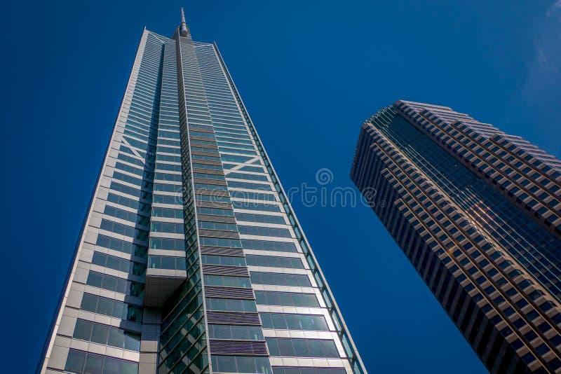 Όμορφη υπαίθρια άποψη δύο τεράστιων κτηρίων σε ένα ηλιόλουστο υπόβαθρο ημέρας και μπλε ουρανού gorgoues, που βρίσκεται στο στο κέ στοκ φωτογραφίες με δικαίωμα ελεύθερης χρήσης