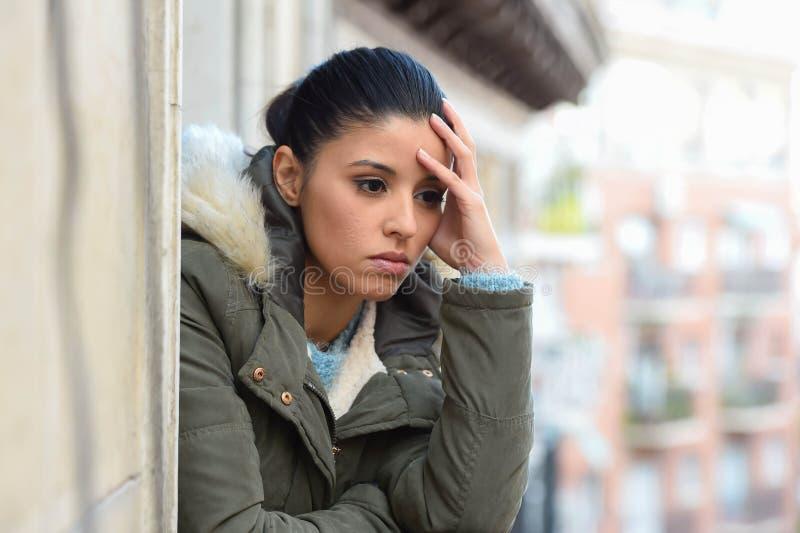 Όμορφη λυπημένη απελπισμένη ισπανική γυναίκα στο χειμερινό παλτό που υφίσταται την κατάθλιψη στοκ εικόνες