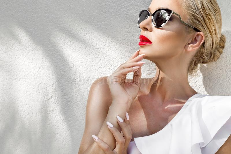 Όμορφη φαινομενική ζαλίζοντας κομψή προκλητική ξανθή πρότυπη γυναίκα πορτρέτου με την τέλεια φθορά προσώπου γυαλιά ηλίου στοκ εικόνες