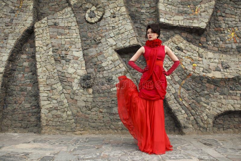 όμορφη φορεμάτων γυναίκα στούντιο πορτρέτου κόκκινη καλυμμένη στοκ εικόνες
