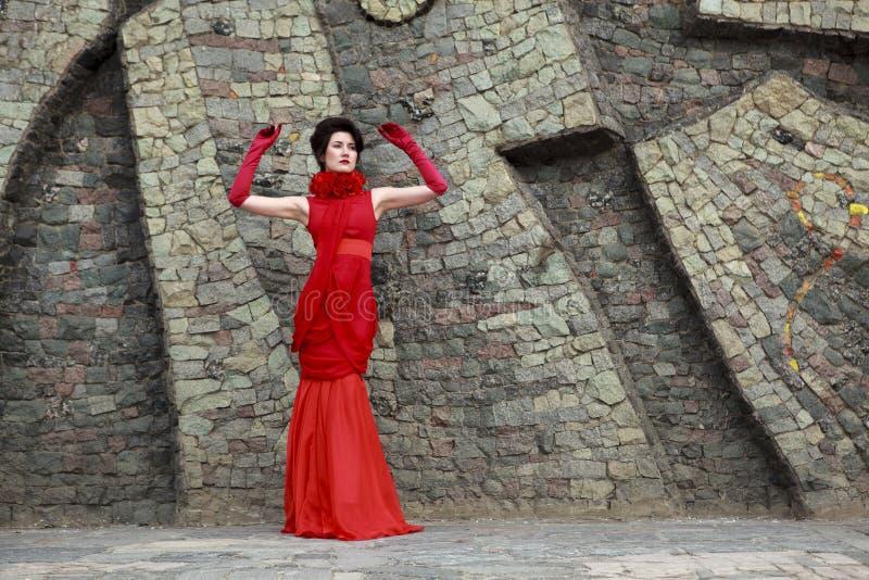 όμορφη φορεμάτων γυναίκα στούντιο πορτρέτου κόκκινη καλυμμένη στοκ εικόνα με δικαίωμα ελεύθερης χρήσης