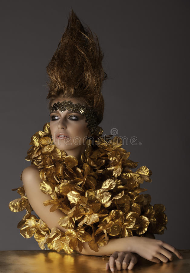 Όμορφη φουτουριστική γυναίκα στη φαντασία makeup και την τρίχα στοκ εικόνες