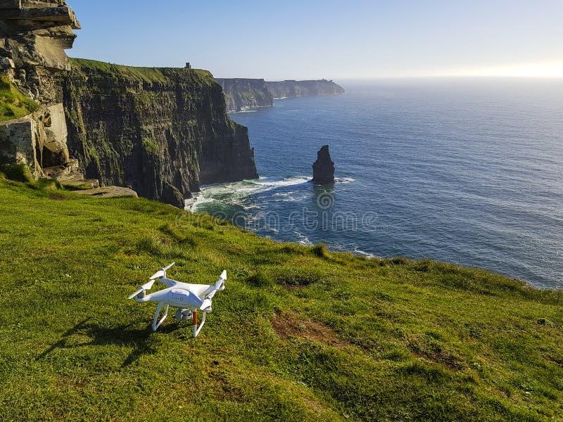 Όμορφη φυσική εναέρια άποψη κηφήνων των απότομων βράχων της Ιρλανδίας Moher στη κομητεία Clare, Ιρλανδία στοκ εικόνες