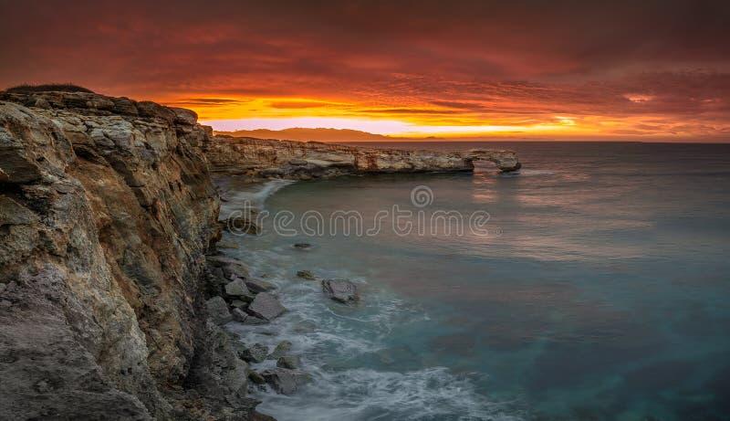 Όμορφη φυσική μεγάλη αψίδα βράχου στο ηλιοβασίλεμα κοντά στο Ρέθυμνο, Κρήτη στοκ εικόνα