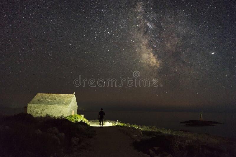 Όμορφη φωτογραφία φύσης και τοπίων της μικρής εκκλησίας στη σκοτεινή νύχτα σε Razanj Κροατία στοκ φωτογραφίες