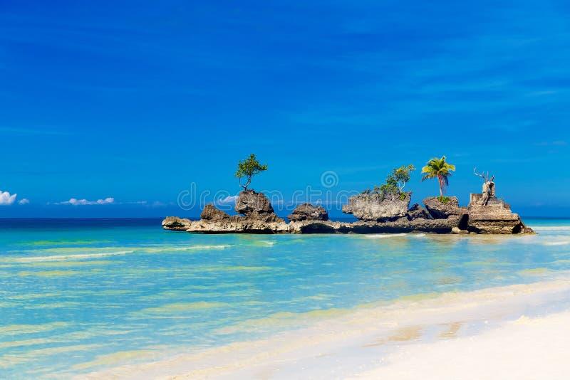 όμορφη φύση ονείρου παραλιών πέρα από το λευκό όψης θερινών δέντρων σκηνής άμμου φοινικών Όμορφο νησί στην τροπική θάλασσα Καλοκα στοκ φωτογραφία με δικαίωμα ελεύθερης χρήσης