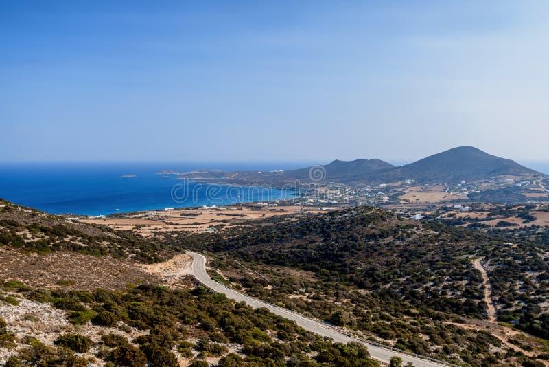 Όμορφη φύση του νησιού Antiparos της Ελλάδας με το μπλε νερό κρυστάλλου και τις καταπληκτικές απόψεις στοκ φωτογραφία