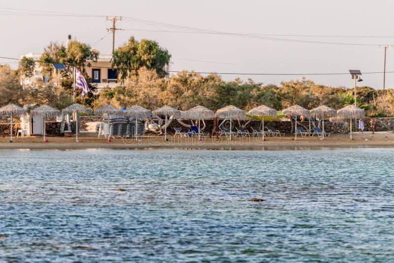 Όμορφη φύση του νησιού Antiparos της Ελλάδας με το μπλε νερό κρυστάλλου και τις καταπληκτικές απόψεις στοκ εικόνα