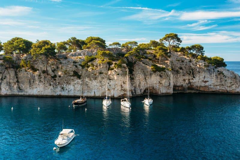 Όμορφη φύση Calanques στην κυανή ακτή της Γαλλίας Yach στοκ εικόνες