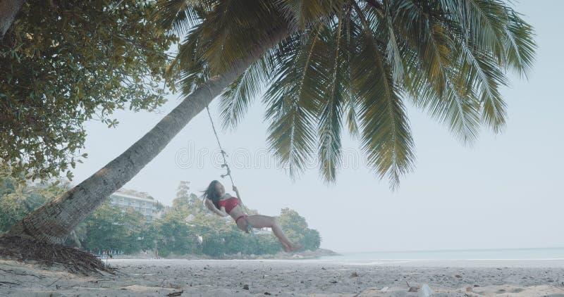 Όμορφη χαλάρωση κοριτσιών στην ταλάντευση στην παραλία στοκ φωτογραφία με δικαίωμα ελεύθερης χρήσης