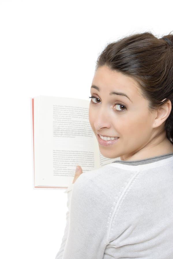 όμορφη χαμογελώντας γυναίκα ανάγνωσης βιβλίων στοκ φωτογραφίες με δικαίωμα ελεύθερης χρήσης