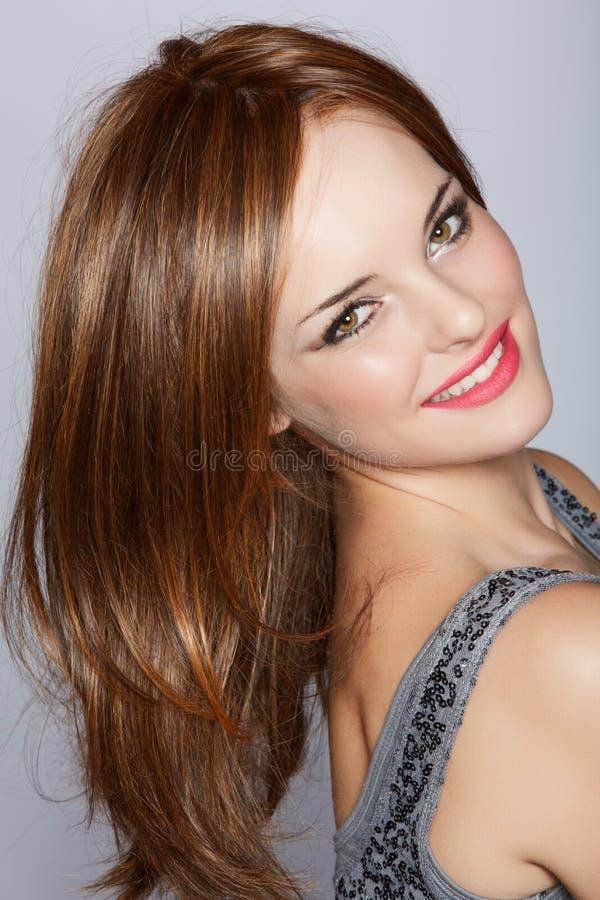 Όμορφη χαμογελώντας γυναίκα με μακρυμάλλη στοκ φωτογραφία με δικαίωμα ελεύθερης χρήσης