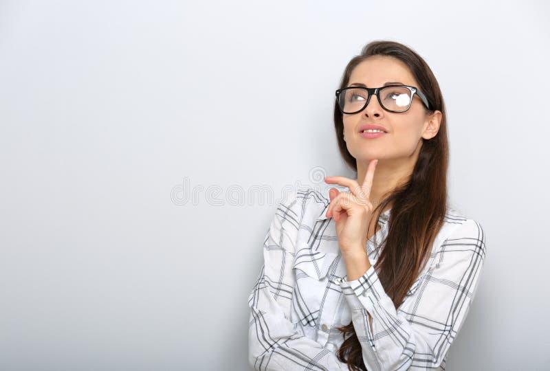 Όμορφη χαμογελώντας θετική επιτυχής επιχειρησιακή γυναίκα στα γυαλιά που ανατρέχει με τη βέβαια συγκίνηση στοκ εικόνες με δικαίωμα ελεύθερης χρήσης