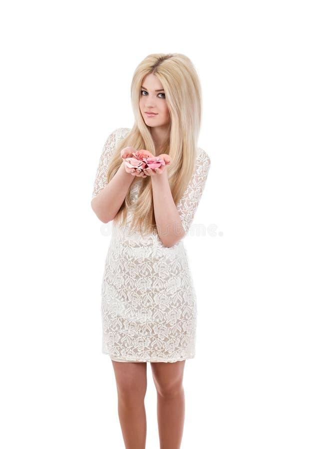 Όμορφη χαμογελώντας γυναίκα που κρατά τα ρόδινα τριαντάφυλλα στοκ φωτογραφίες με δικαίωμα ελεύθερης χρήσης