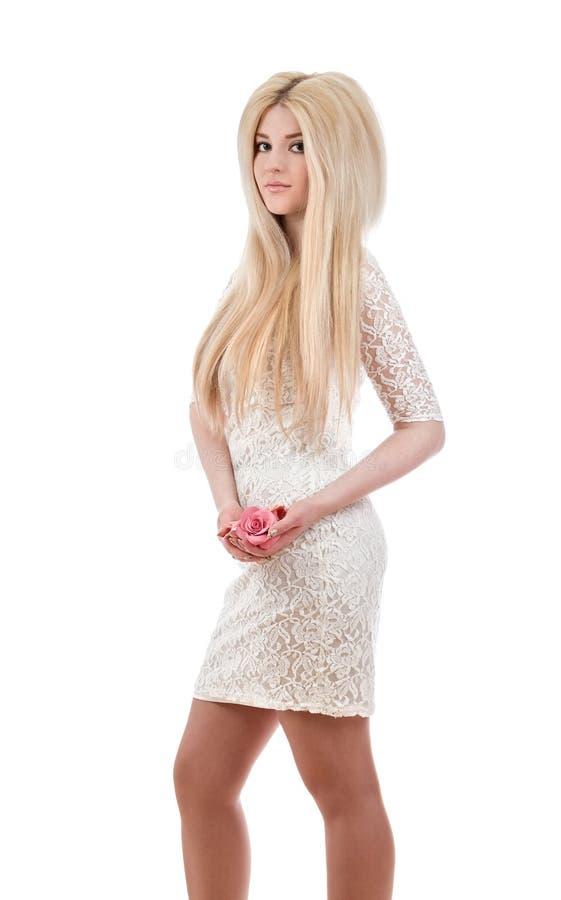 Όμορφη χαμογελώντας γυναίκα που κρατά τα ρόδινα τριαντάφυλλα στοκ φωτογραφία