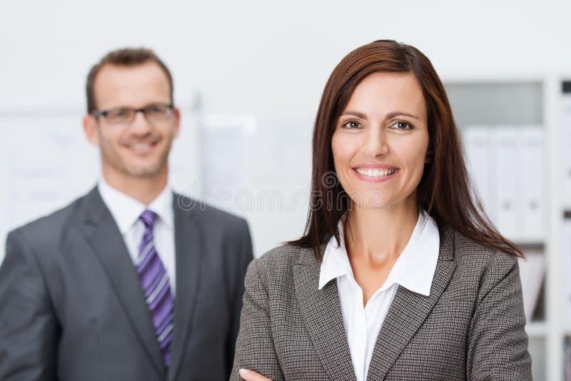 Όμορφη χαμογελώντας επιχειρηματίας στοκ εικόνες