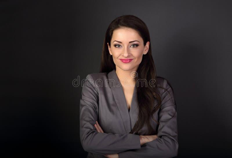 Όμορφη χαμογελώντας επιχειρησιακή γυναίκα στο γκρίζο κοστούμι που φαίνεται ευχαριστημένη από στοκ φωτογραφία με δικαίωμα ελεύθερης χρήσης