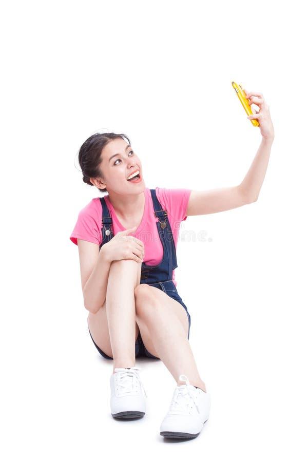 Όμορφη χαμογελώντας νέα γυναίκα που παίρνει selfie την εικόνα στοκ φωτογραφία με δικαίωμα ελεύθερης χρήσης