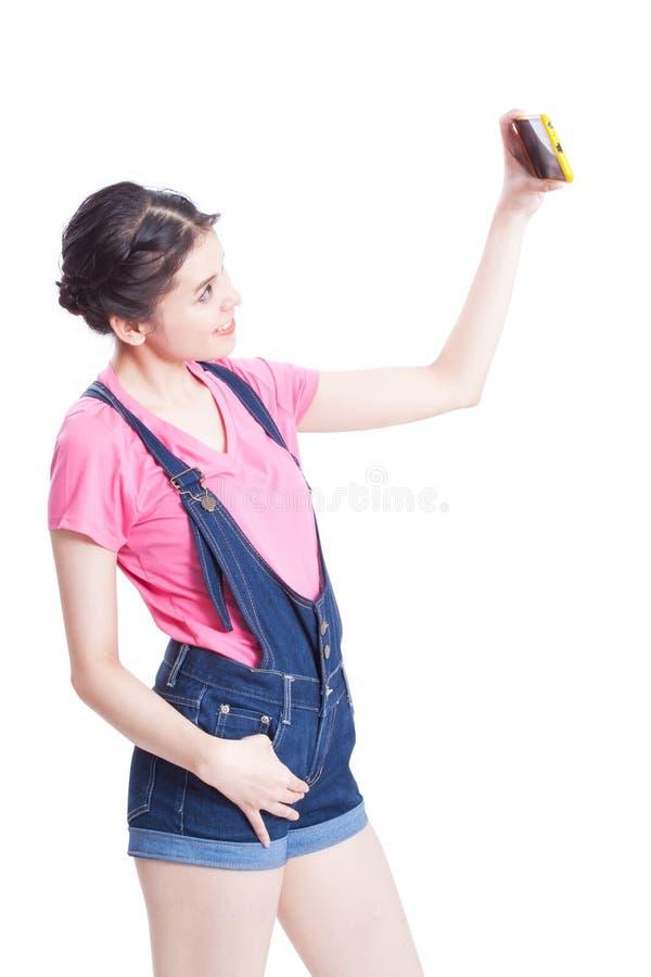 Όμορφη χαμογελώντας νέα γυναίκα που παίρνει selfie την εικόνα στοκ εικόνα με δικαίωμα ελεύθερης χρήσης