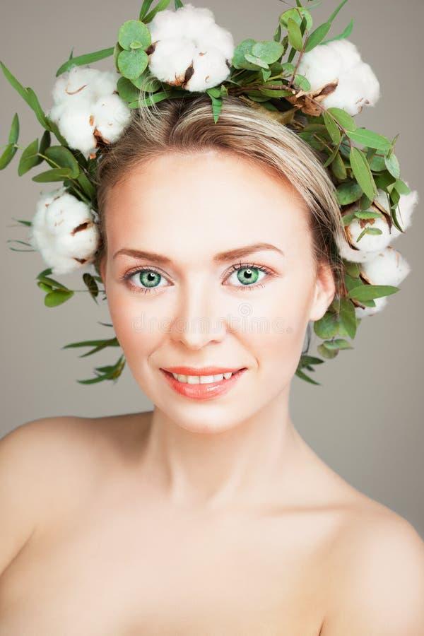 Όμορφη χαμογελώντας πρότυπη γυναίκα με το υγιή δέρμα και το βαμβάκι Flowe στοκ φωτογραφίες