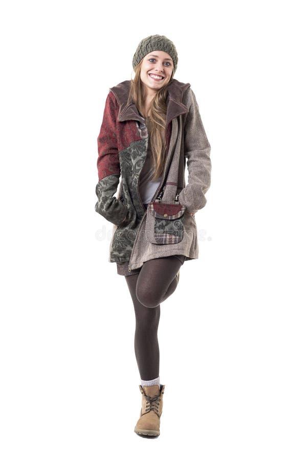 Όμορφη χαριτωμένη ευτυχής νέα γυναίκα στα χειμερινά ενδύματα που θέτουν και που χαμογελούν στοκ εικόνα