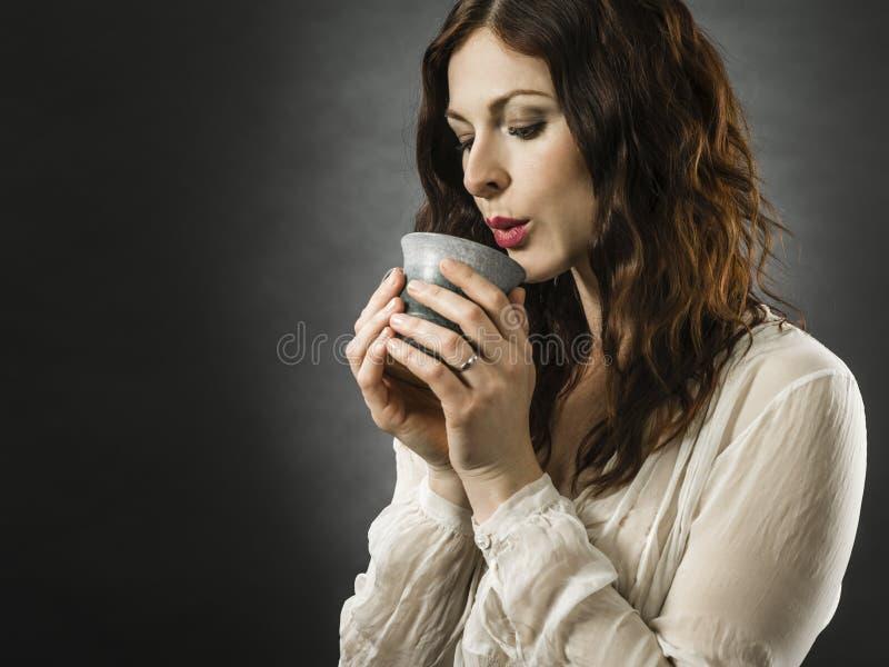 Όμορφη χαρούμενη κοκκινομάλλα που πίνει καφέ στοκ εικόνες